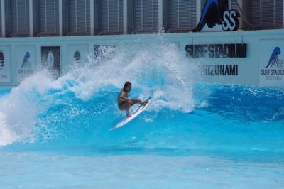Mahina Maeda surfeando de cara a la pared de la ola en preparación para el debut olímpico de surf. (PRNewsfoto/American Wave Machines, Inc.)