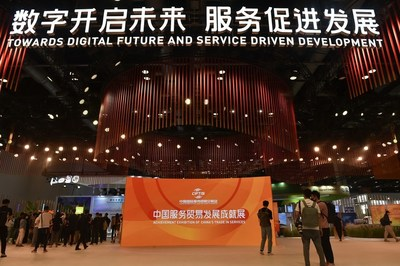JPeriodistas visitan un espacio de la Feria Internacional de Comercio de Servicios de China (CIFTIS) en el Centro Nacional de Convenciones de China en Pekín, capital de China, el 31 de agosto de 2021. (Xinhua/Lu Peng) (PRNewsfoto/Xinhua Silk Road)